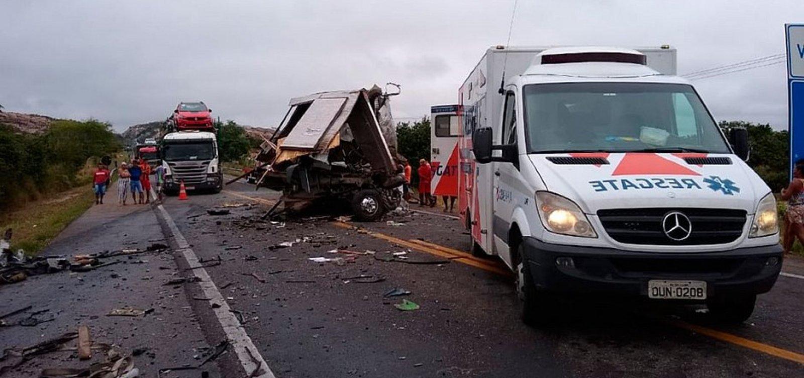 [Acidente envolvendo caminhão da banda de Léo Santana deixa mortos na BR-116]