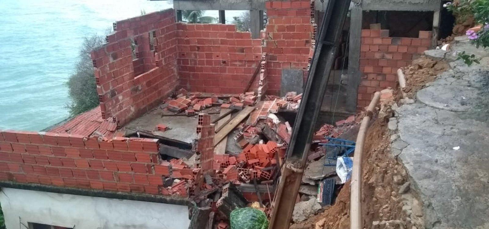 [Você Repórter: após chuvas, casa desaba na Gamboa e moradores temem deslizamento]