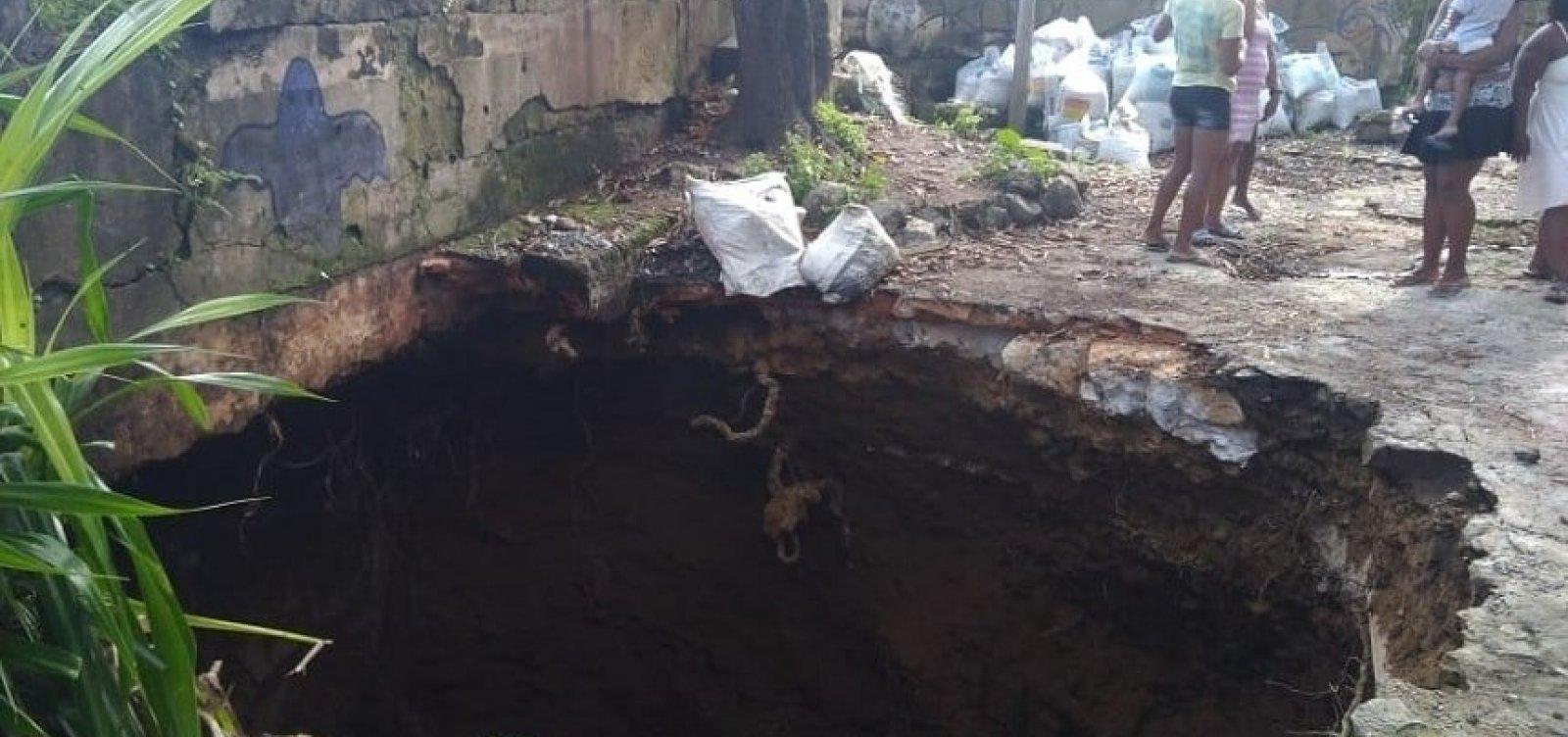 [Após deslizamento, moradores da Gamboa se preocupam com 'cratera' aberta na região]