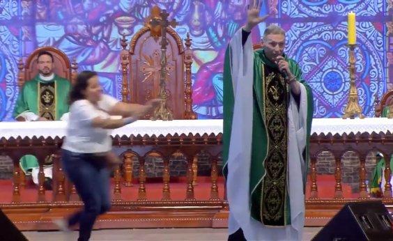 [Mulher empurra padre Marcelo Rossi de palco durante missa; veja vídeo]