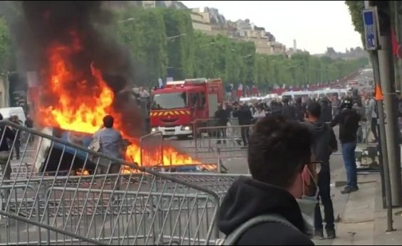 [Policiais e 'coletes amarelos' entram em confronto após desfile da Queda da Bastilha, em Paris]