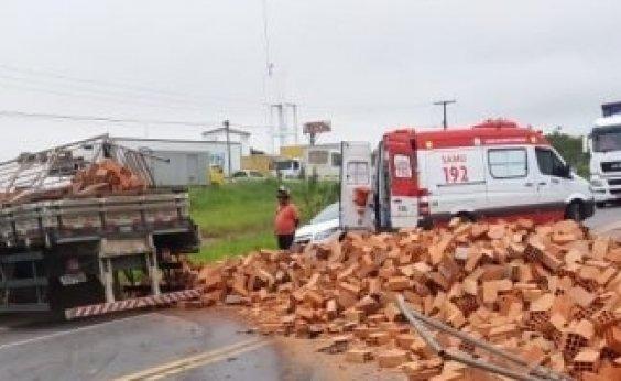 [Batida entre caminhão e carros deixa dois mortos na BR-101]