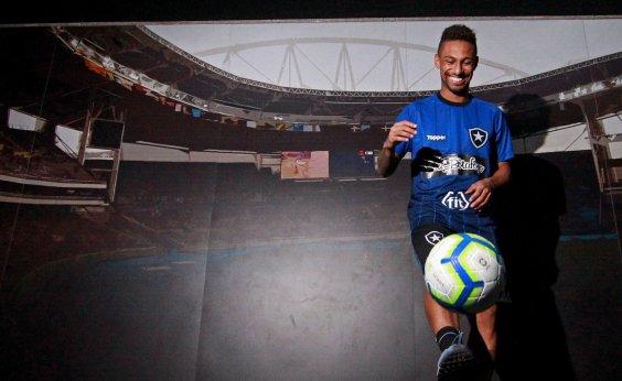 [Atacante do Botafogo sofre parada cardíaca e é reanimado em vestiário]