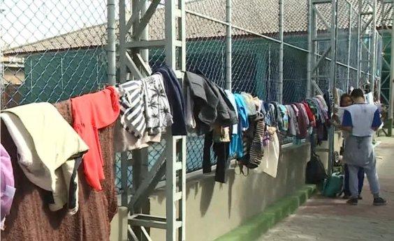 [Campanha 'Varal solidário' doa roupas para pessoas em situação de rua no centro de Salvador]