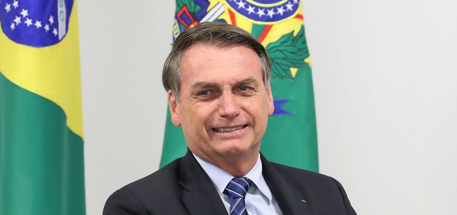 [Com gastos sigilosos, Bolsonaro abusa do cartão de crédito da Presidência]