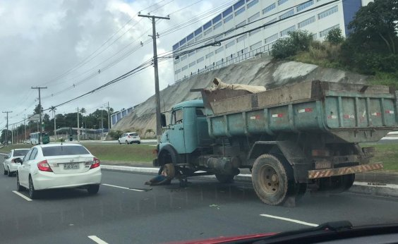[Caminhão quebra e complica trânsito na Paralela sentido Centro]