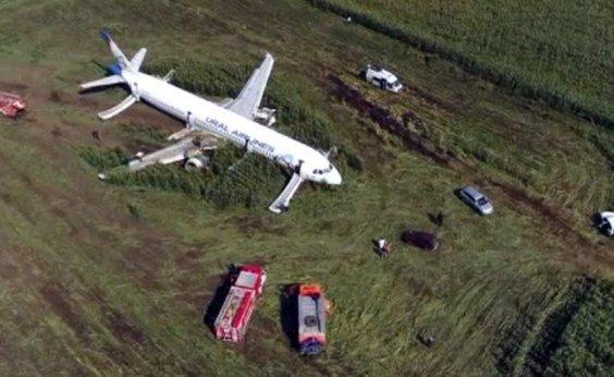 [Avião faz pouso de emergência após colidir com pássaros na Rússia]