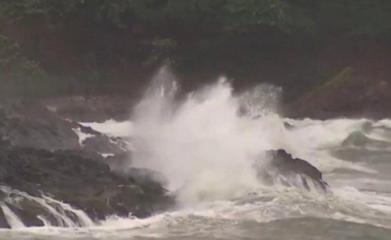 [Marinha emite alerta de mau tempo em Salvador, com ondas de até 2,5 metros]