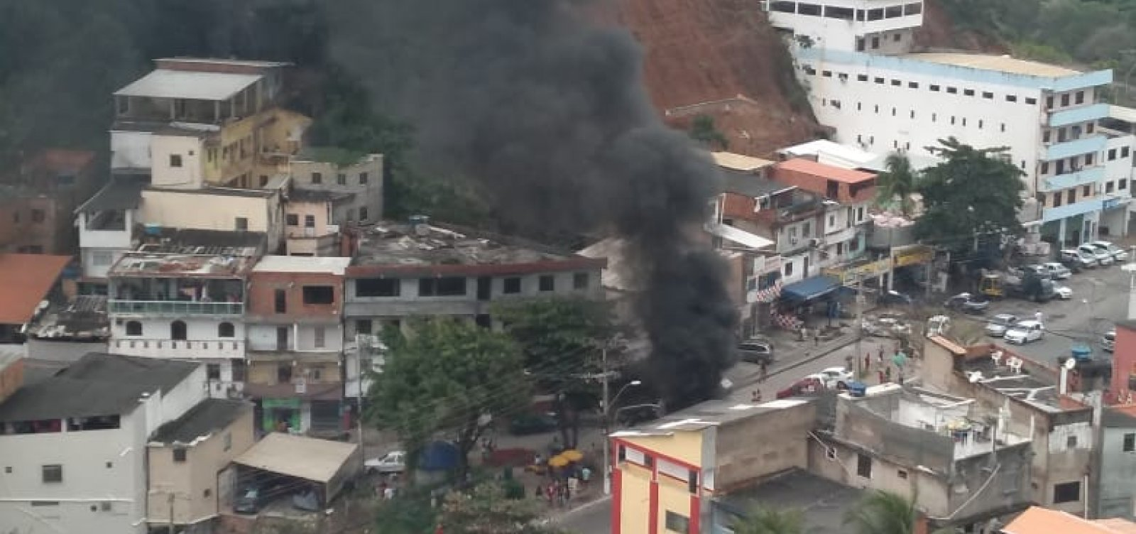 [Manifestantes bloqueiam trânsito na Av. Jorge Amado; engarrafamento chega na Av. Paralela]