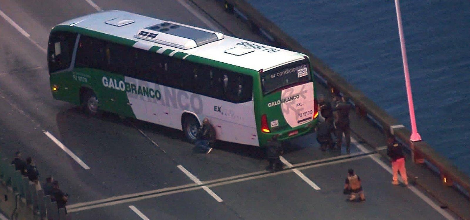 [Homem armado faz reféns em ônibus na Ponte Rio-Niterói]