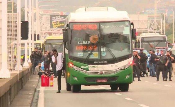 [Seis reféns são libertados de ônibus sequestrado na Ponte Rio-Niterói]