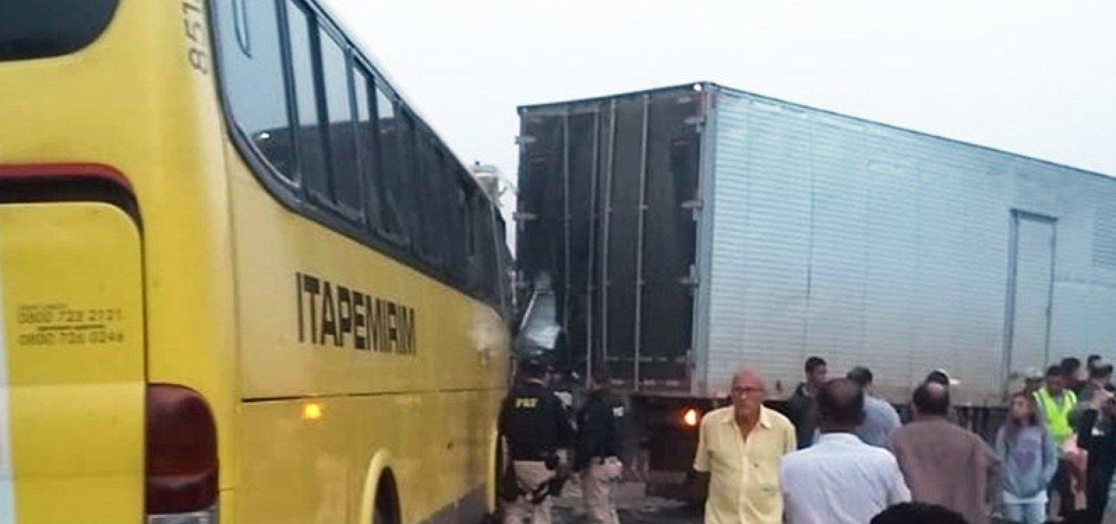 [Batida entre ônibus e caminhão deixa morto e feridos na BR-101]