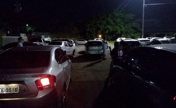 [Com carros 'trancados', torcedores criticam estacionamento do Barradão]