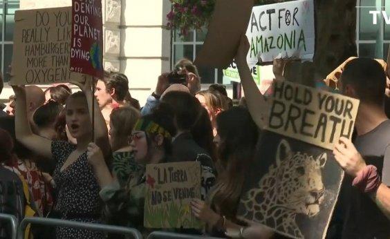 [Manifestantes vão para embaixadas brasileiras contra incêndios na Amazônia]