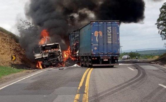 [Carretas pegam fogo após batida e motorista morre na BR-116]