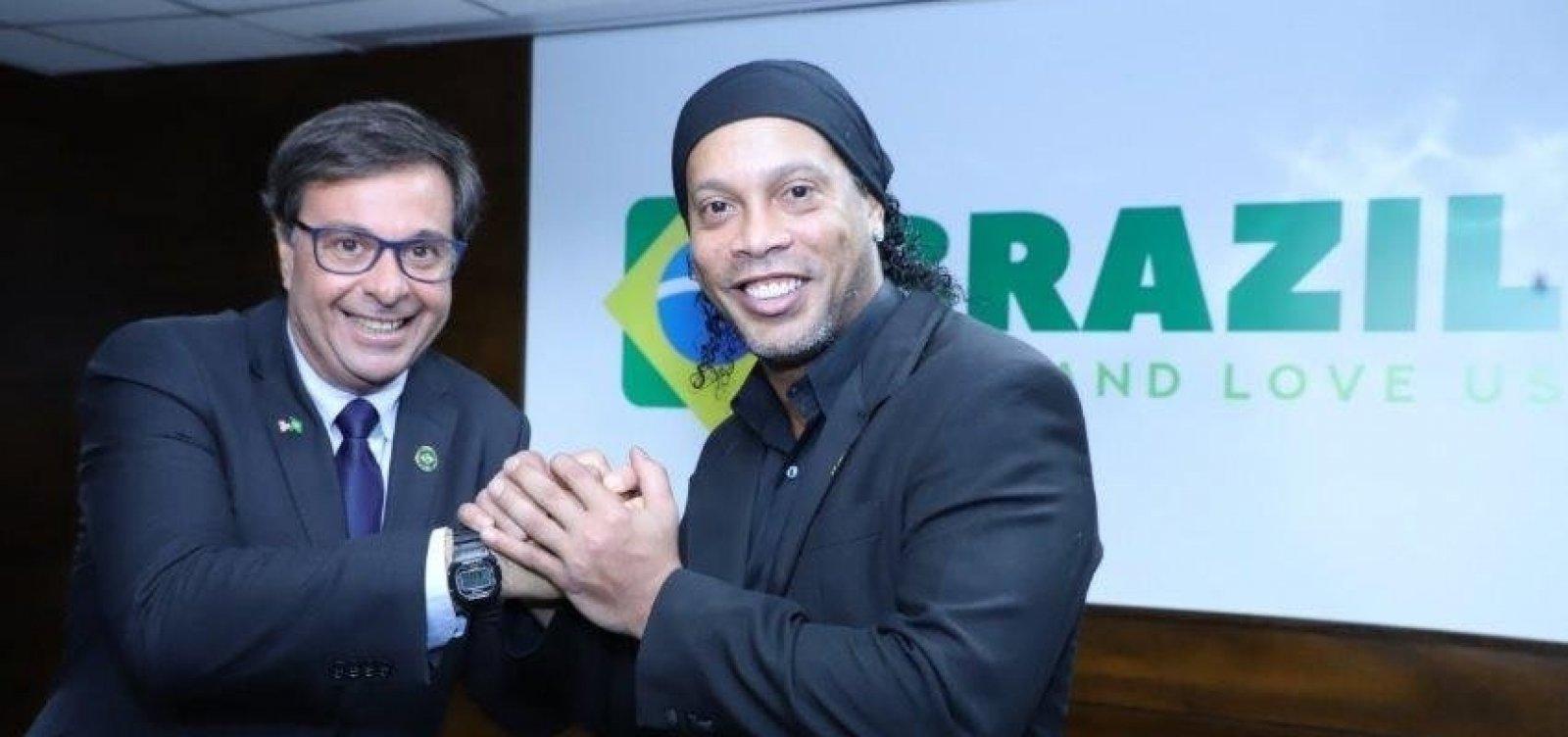 [Com passaporte apreendido, Ronaldinho Gaúcho é nomeado embaixador do turismo]