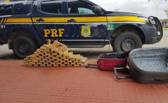 [Mulher é presa com 50 kg de drogas em ônibus na BR-116]