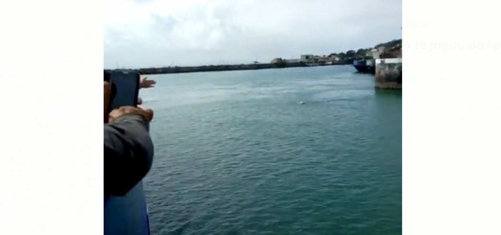 [Após não conseguir embarcar no ferry, homem tira roupa e nada em volta de terminal]