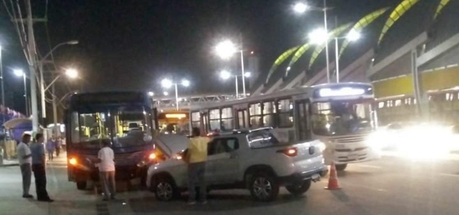 [Acidente entre ônibus e carro deixa trânsito lento na Avenida Paralela]