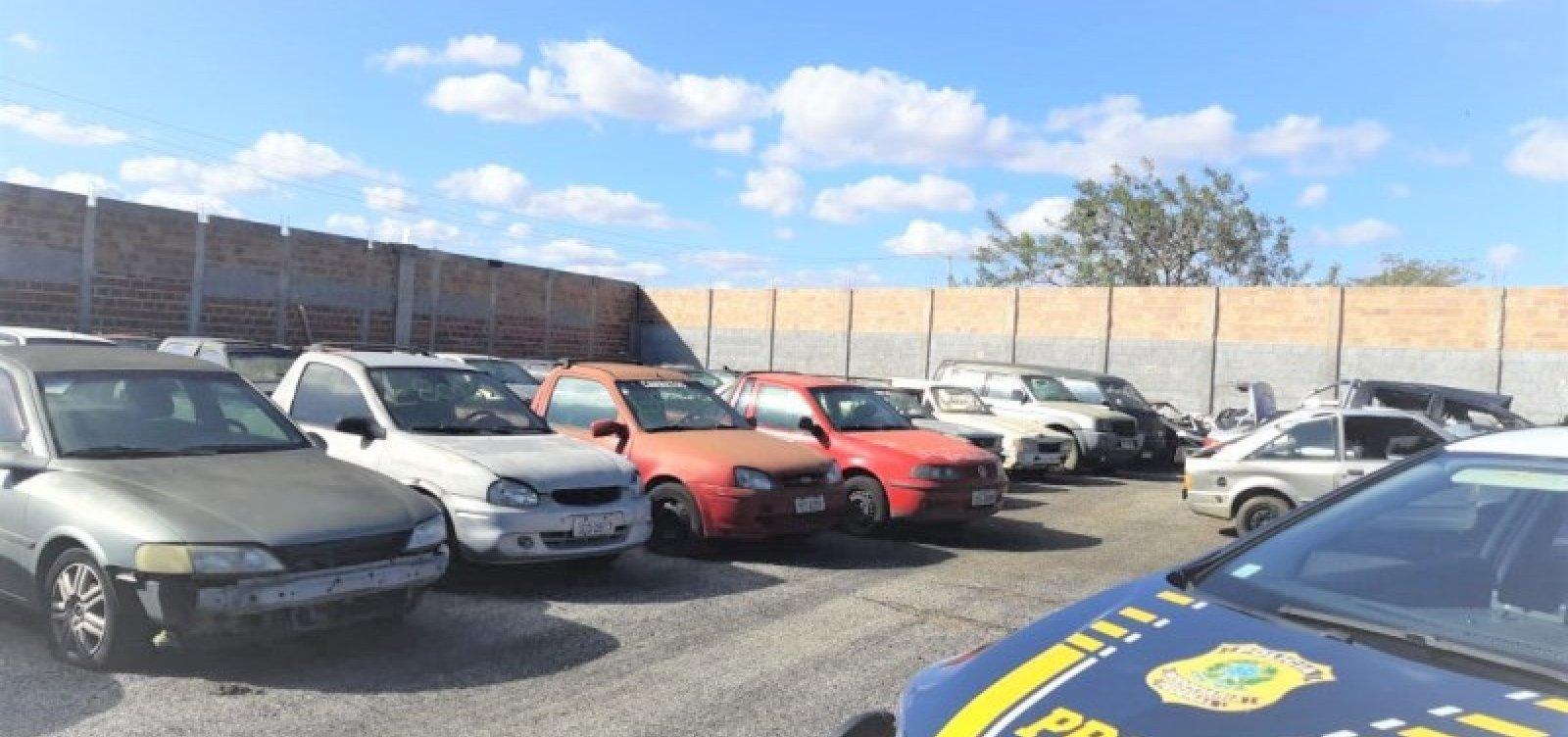 [PRF realiza leilão de quase 500 sucatas de veículos em Vitória da Conquista]