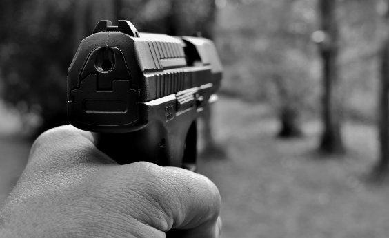 [Jovem leva arma para escola e faz disparos, mas balas falham]
