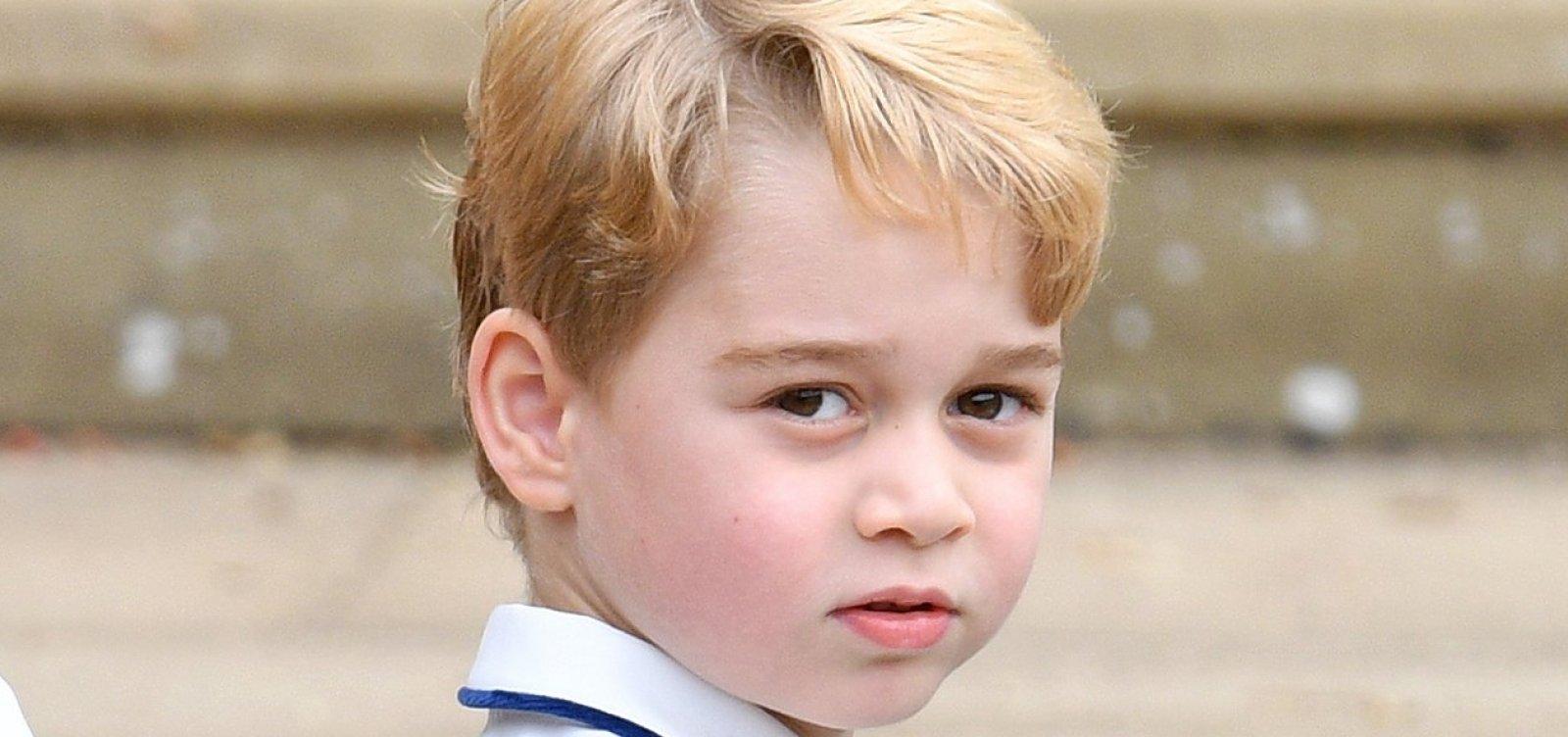 [Amiguinhos do príncipe George são revistados antes de brincar no Palácio]