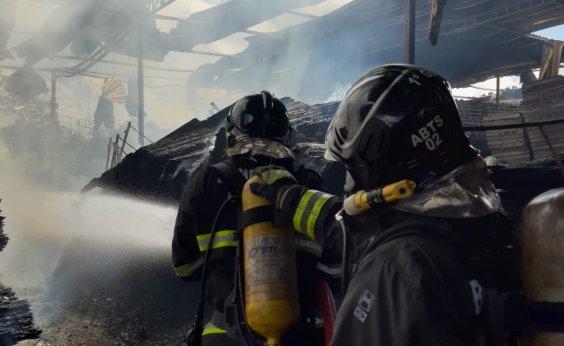 [Bombeiros controlam incêndio em fábrica de Simões Filho]
