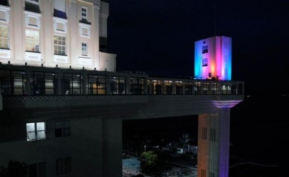 [Elevador Lacerda recebe iluminação nas cores da bandeira LGBT]