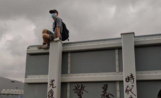[Hong Kong: Manifestantes destroem câmeras e máquinas do metrô]