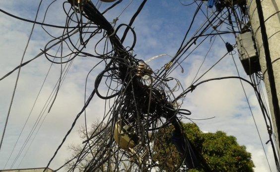 [Ouvinte denuncia 'bolo' de cabos pendurados em poste no bairro de Itapuã; veja fotos]