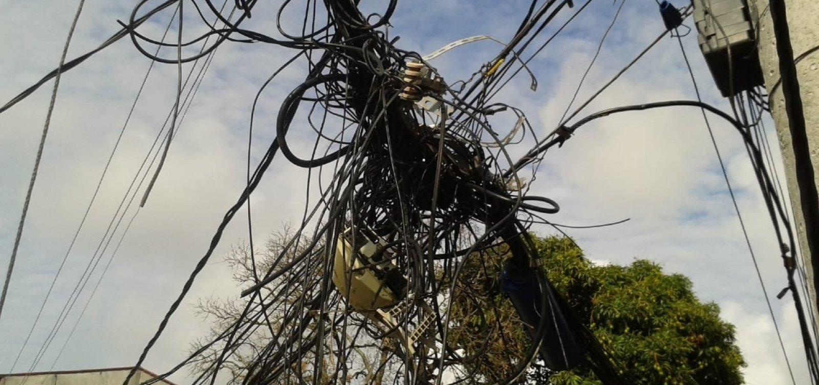 [Após denúncia de ouvinte, Coelba diz que removeu cabos pendurados em poste de Itapuã]