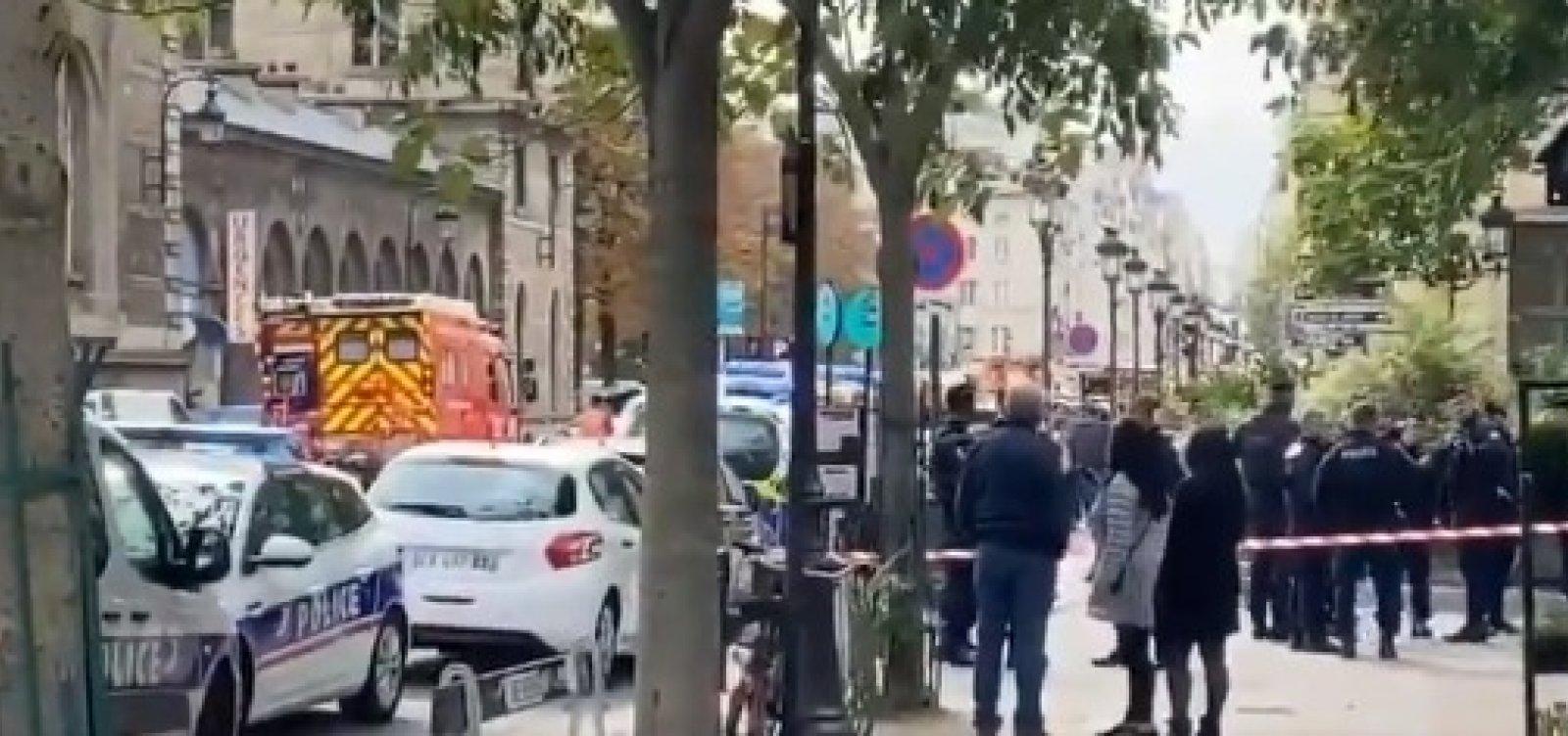 [Homem com faca ataca quartel de Paris e mata policial]