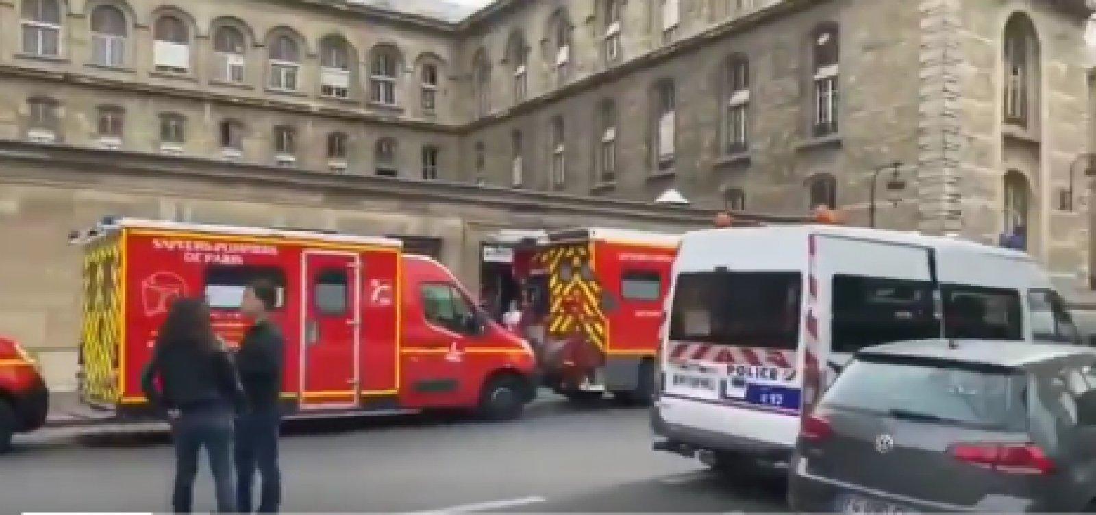 [Sobe para quatro o número de policiais mortos em ataque a quartel em Paris]