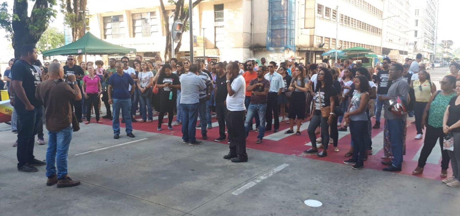[Servidores municipais de Salvador fazem protesto na Praça Inglaterra]