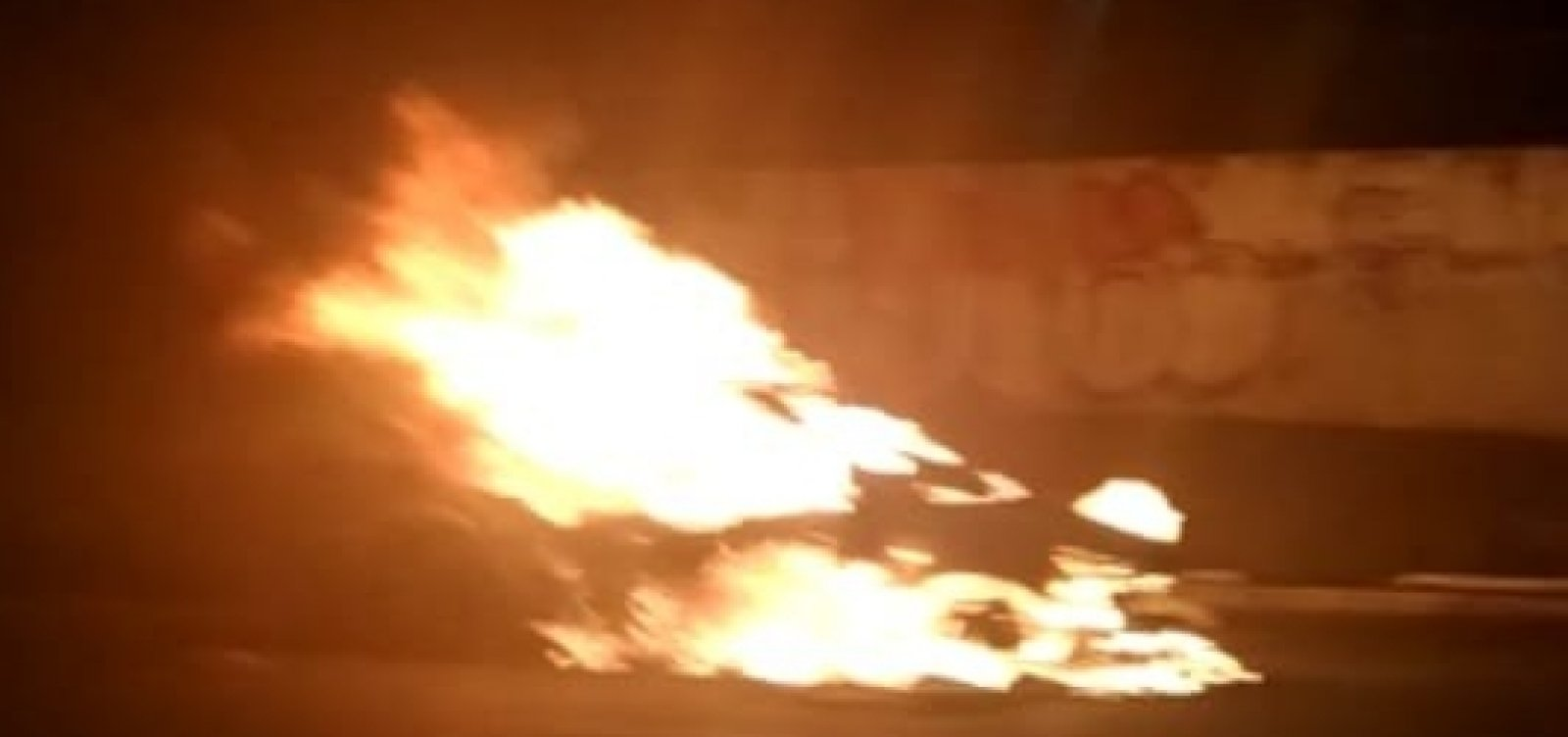 [Carro pega fogo em frente ao Shopping da Bahia e deixa trânsito congestionado na ACM]