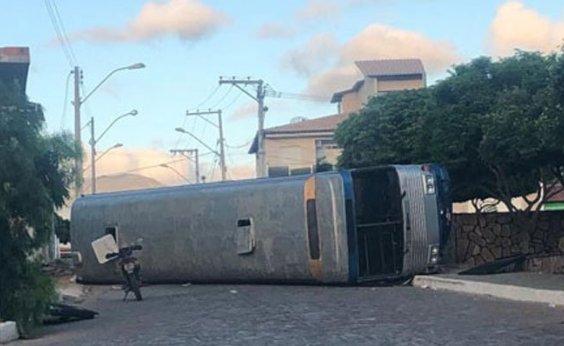 [Quatro ficam feridos após ônibus com romeiros tombar em Ituaçu]