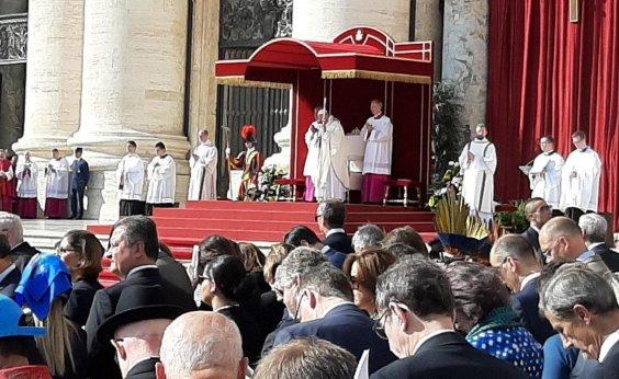 [Prefeito ACM Neto e governador Rui Costa marcam presença na canonização de Irmã Dulce]