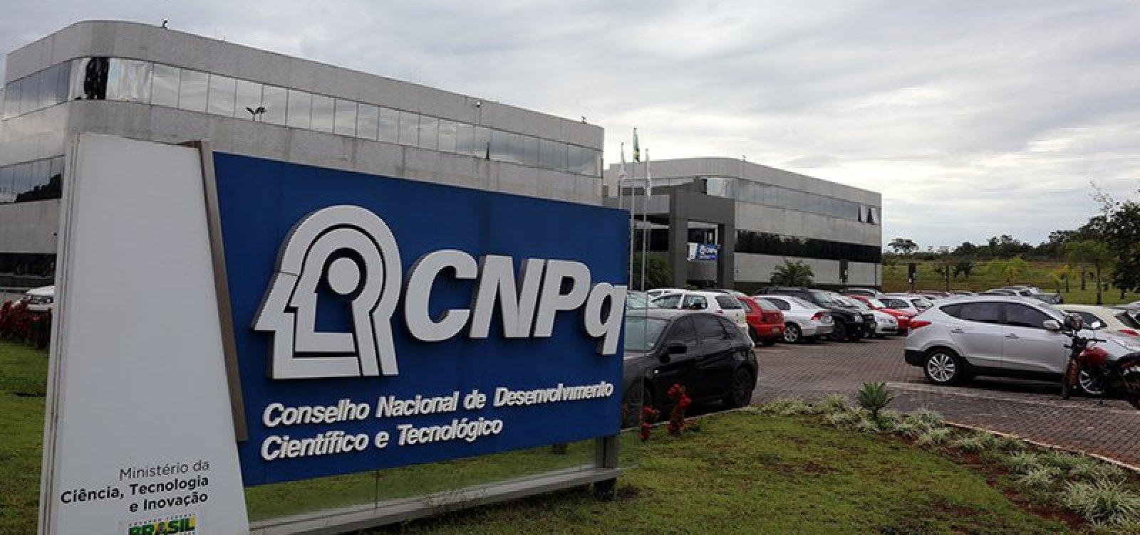 [Governo estuda fundir Capes e CNPq; entidades veem medida como 'equivocada']