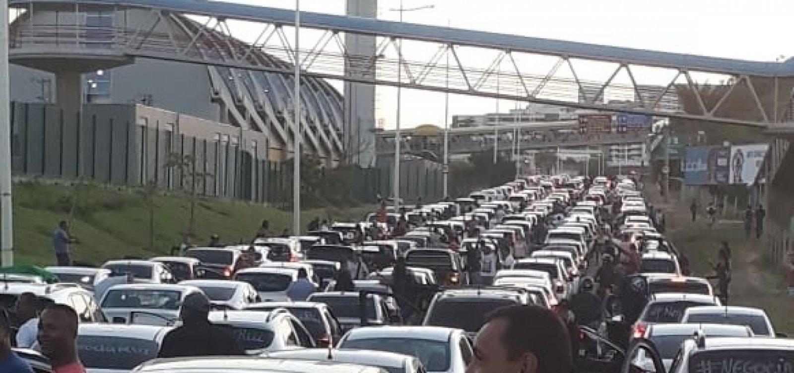 [Grupo de PMs sai em carreata e deixa Av. Paralela congestionada; veja vídeo]
