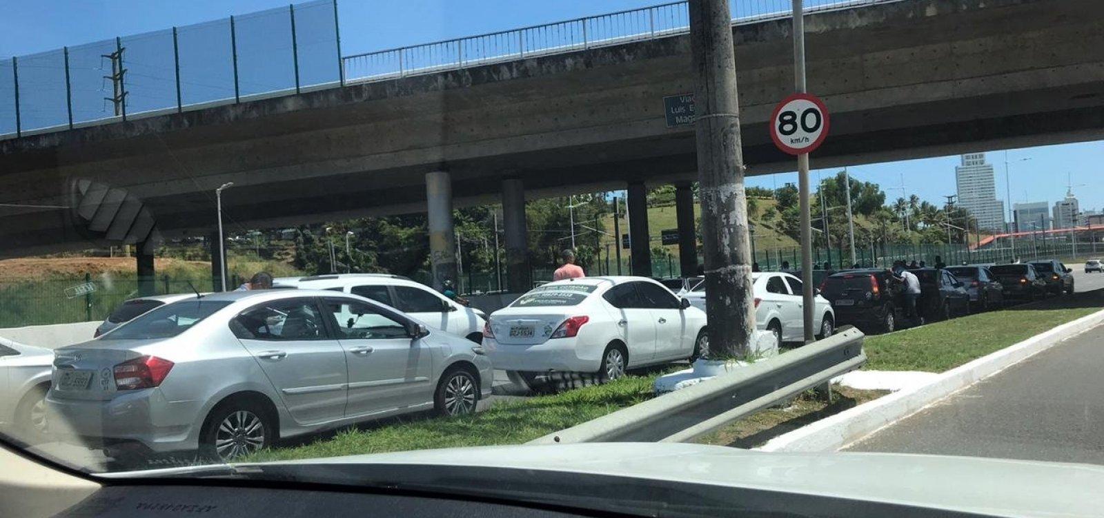 [Carreata de motoristas de aplicativos deixa trânsito lento na Paralela]