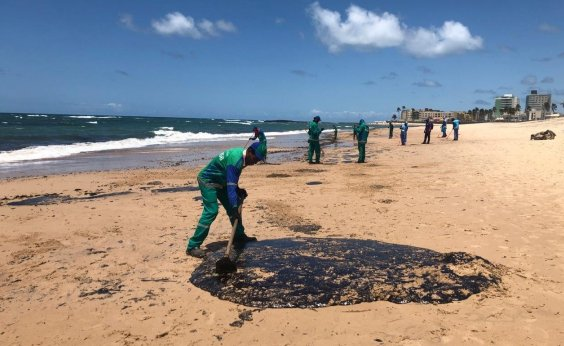 [Operação de limpeza retira mais de 22 toneladas de manchas de petróleo em Salvador]