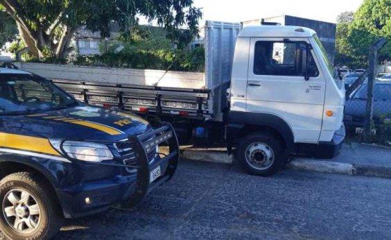[PRF apreende caminhão de carga adulterado na BR-324]