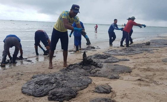 [Manchas de óleo reaparecem em Pernambuco e devem chegar a Porto de Galinhas]