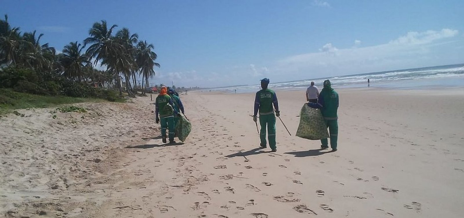 [Mais de 90 toneladas de óleo foram retiradas das praias de Salvador]