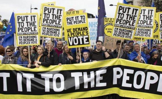 [Milhares de manifestantes vão às ruas de Londres pedir novo referendo do Brexit]