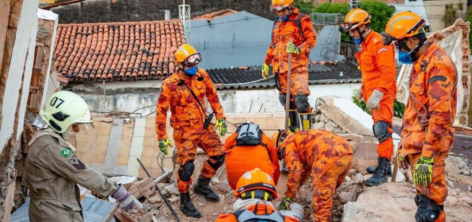 [Bombeiros encontram corpo de 8ª vítima de desabamento em Fortaleza]