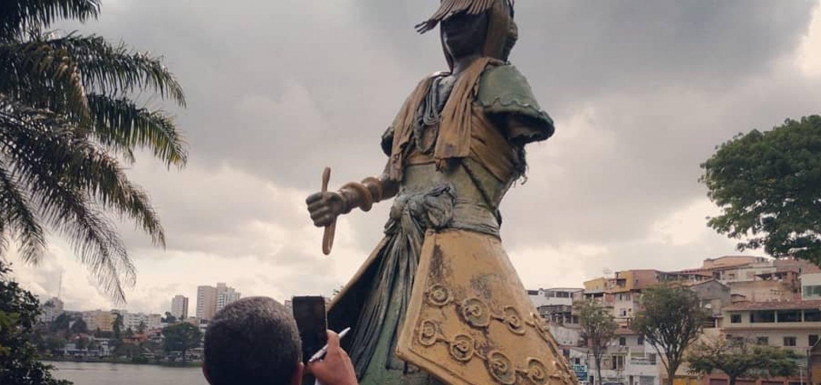 [Escultura de Oxumaré no Dique do Tororó tem braço arrancado; Conder suspeita de vandalismo]