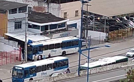 [Motorista passa mal e ônibus bate em imóvel na Avenida Heitor Dias]