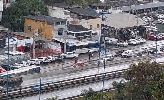 [Após ônibus invadir loja, trânsito fica intenso na Heitor Dias]