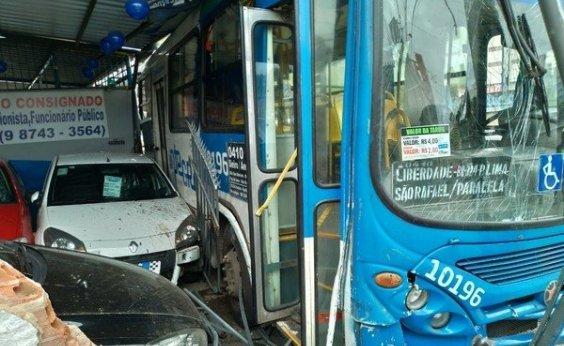 [Três horas após acidente, ônibus que invadiu loja na Heitor Dias é retirado por guincho]
